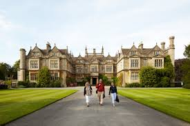 Students walking in front of UK buildling